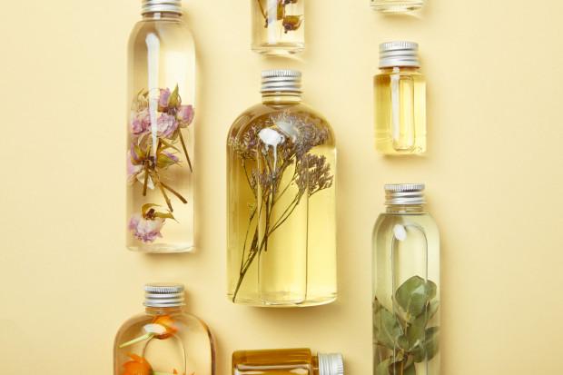 Produkty wegańskie powinny składać się wyłącznie z naturalnych ekstraktów z kwiatów, ziół, warzyw, owoców, a także z olejków eterycznych.