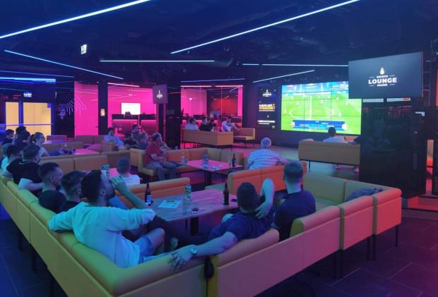 W Kinguin Esports Lounge Gdańsk kibice oglądają także prawdziwe mecze piłki nożnej na żywo. W sobotę stanie się natomiast areną zmagań FIFA.