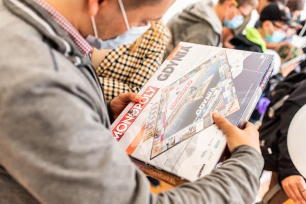 Do miast posiadających własną edycję legendarnej gry dołączyła Gdynia, która w 2008 roku znalazła się na planszy Monopoly Świat.
