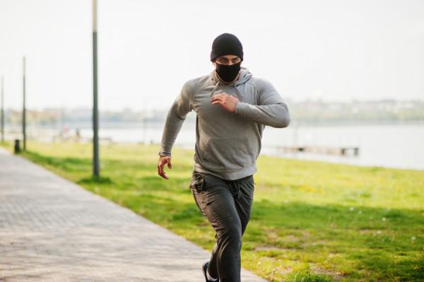 Sugerując się zapisami na rządowej stronie internetowej, wydawało się, że biegać będzie można tylko w maseczkach. Owszem, ale tylko na ulicach. Ust i nosa nie trzeba zakrywać natomiast w parkach, lasach i na plażach.