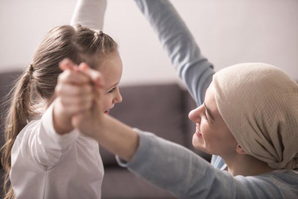 Rak komplikuje życie nie tylko chorego, ale i jego najbliższych. Konsultacje odbywające się w ramach Warsztatów Świadomości Onkologicznej to doskonała okazja, aby w kluczowych kwestiach zapytać o radę ekspertów z zakresu m.in. psychoonkologii.