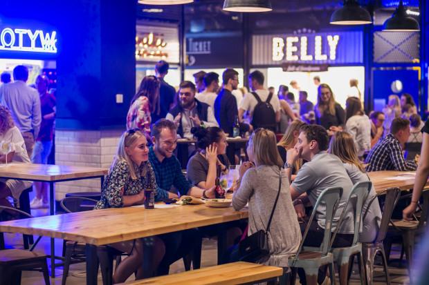 Strefa Rozrywki w Galerii Metropolia to wiele różnorodnych imprezowych i kulinarnych przestrzeni, w których każdy znajdzie coś dla siebie. Na zdjęciu: Stacja Food Hall.