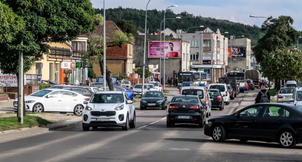 Ulica Unruga na odcinku estakada Kwiatkowskiego-Bosmańska jest w godzinach szczytu regularnie zakorkowana.