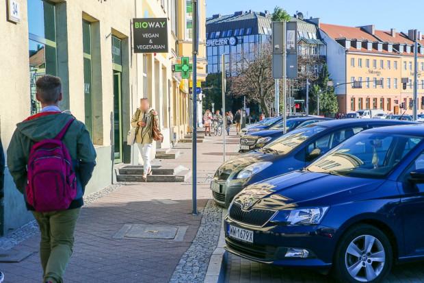 Wspólny chodnik dla pieszych i rowerzystów po zmianie zasad parkowania będzie o szerokości ok. 3,8 - 5,2 m.