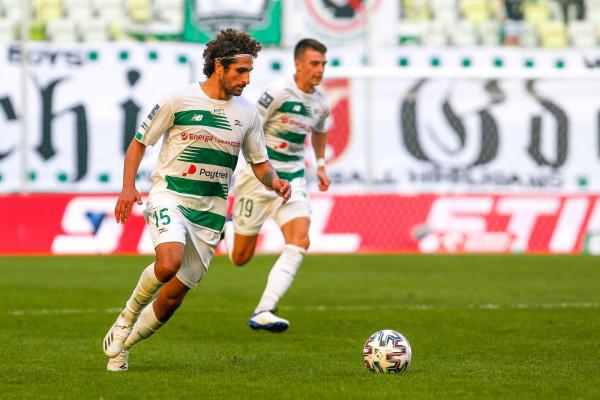 Piłkarze Lechii Gdańsk reklamują sponsora głównego - Energa SA  m.in. na koszulkach meczowych. Na zdjęciu: Kenny Saief i Karol Fila.