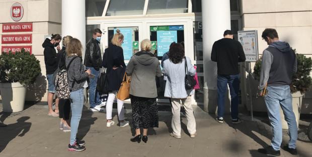 Mieszkańcy oczekujący na umówioną wcześniej wizytę w Urzędzie Miasta.