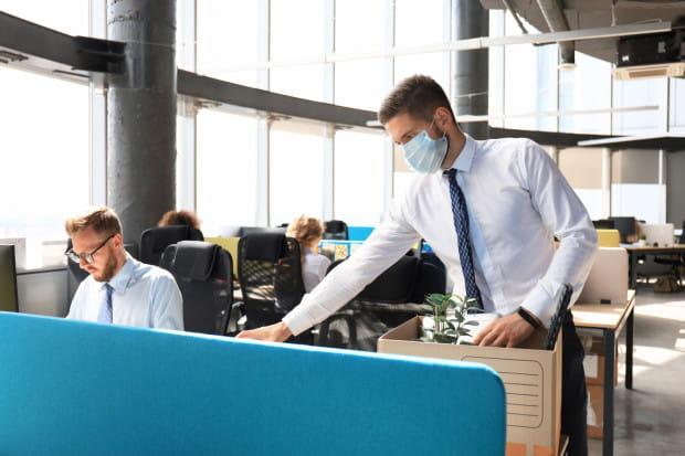 Aż 57 proc. respondentów przyznaje, że pandemia spowodowała w ich życiu zawodowym trudności i negatywne doświadczenia związane z pracą.