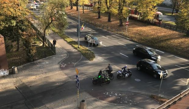 Czytelnik: zdjęcia obrazują dość częste zachowania rowerzystów - jazdę poza ścieżką rowerową często z bardzo dużą prędkością.