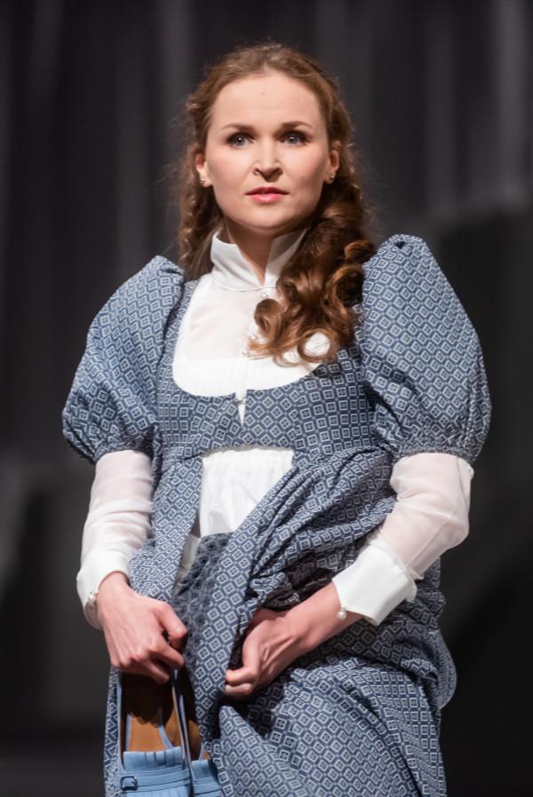 Przeciwieństwem Marianny jest Eleonora (Agnieszka Bała). Ona doskonale panuje nad emocjami i nie okazuje słabości.