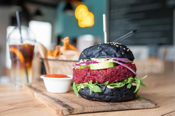 Burger dla wegan - Burak. Kotlet jest zrobiony z buraka i kaszy jaglanej.