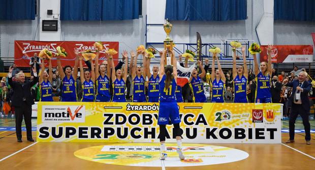 VBW Arka Gdynia zdobyła we wrześniu Superpuchar Polski, a Laura Miskiniene (siódma koszykarka od lewej) została przez was najwyżej oceniona. Z tych dwóch powodów to littewska koszykarka otrzymała tytuł ligowca minionego miesiąca.
