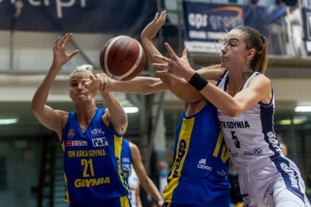 Kamila Borkowska (z prawej) zapisała na swoim koncie double-double, czyli dwucyfrowe zdobycze w punktach i zbiórkach.