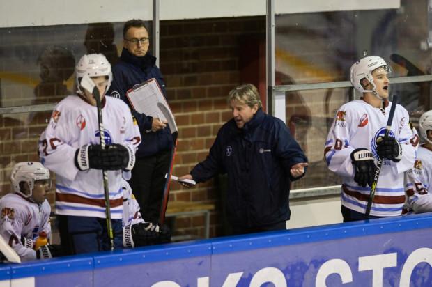 W ciągu trzech dni Stoczniowiec rozegrał dwa mecze z czołowymi zespołami Polskiej Hokej Ligi. Niestety, podopieczni Krzysztofa Lehmanna (na zdjęciu) nie byli w stanie zdobyć w nich choćby jednej bramki.