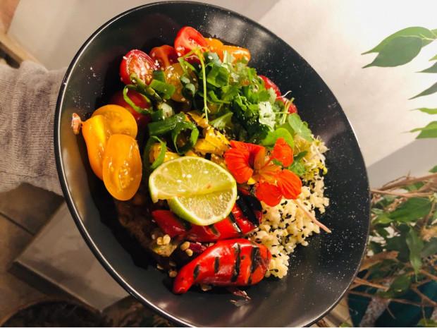 Gulasz malijski z grillowaną dynią i kaszą bulgur. Pozycja mocno jesienna, warzywa korzeniowe, papryka, strączki, przyprawy korzenne, chili, limonka, grillowana dynia.