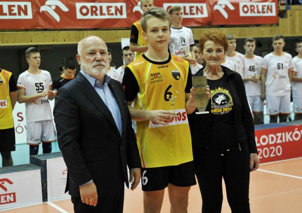 Marcel Kapuściński (w środku) pożegnał się z młodzikami wicemistrzostwem Polski i tytułem najlepszego rozgrywającego finałów.