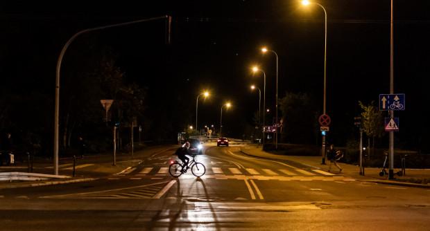 Urzędnicy obiecują, że pojawi się tu niebawem oświetlenie do pieszych. Na razie są jedynie latarnie dla kierowców.