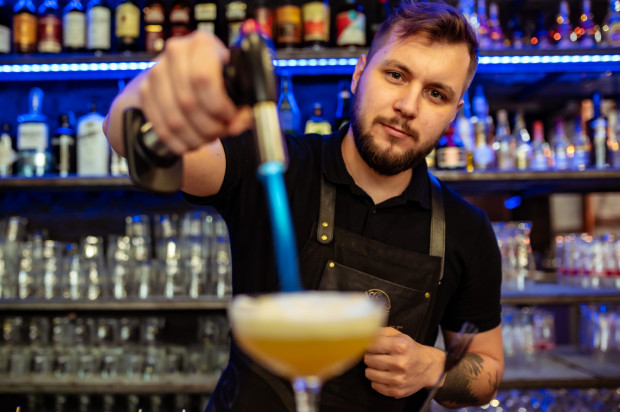 Barman Maciej Barć prezentuje autorski koktajl, jeden z 7 grzechów głównych - ŁAKOMSTWO.