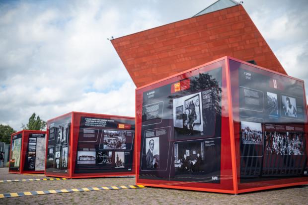 Polacy w Wolnym Mieście Gdańsku włączali się w życie polityczne, biorąc udział w wyborach do gdańskiego parlamentu, a także dbali o polskie interesy gospodarcze i handlowe. Zorganizowali własną sieć szkół oraz drużyny harcerskie. Jednoczyli się w zespołach sportowych, towarzystwach kulturalnych, polskich zrzeszeniach i organizacjach.
