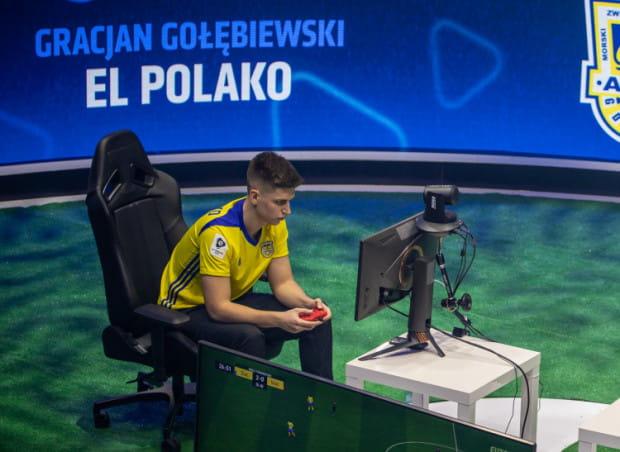 """Gracjan """"El Polako"""" Gołębiewski w barwach Arki Gdynia wygrał m.in. Ekstraklasa Games na Xbox One."""