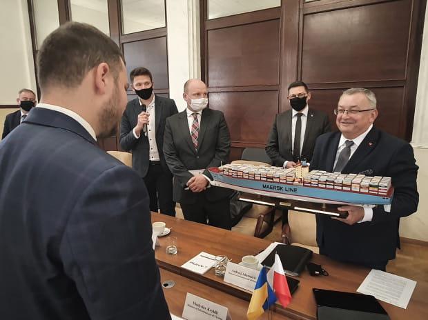 W spotkaniu uczestniczyli ministrowie infrastruktury Polski Andrzej Adamczyk i Ukrainy -  Władysław Kryklij.