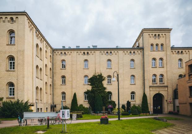 Z uwagi na sytuację epidemiologiczną Akademia Muzyczna w Gdańsku nie może gościć w swoich murach trójmiejskiej publiczności. Kampus można jednak zwiedzać online, wybierając się na spacer wirtualny, w internecie będą też transmitowane koncerty.