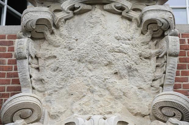 Herb Prus został odtworzony jedynie w symbolicznej formie. Płaskorzeźba ma nieostre rysy. Z daleka trudno ją dostrzec.