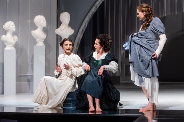 """""""Rozważna i romantyczna"""" to najnowsza premiera Teatru Miejskiego w Gdyni. Na zdjęciu: Martyna Matoliniec, Elżbieta Mrozińska i Agnieszka Bała."""