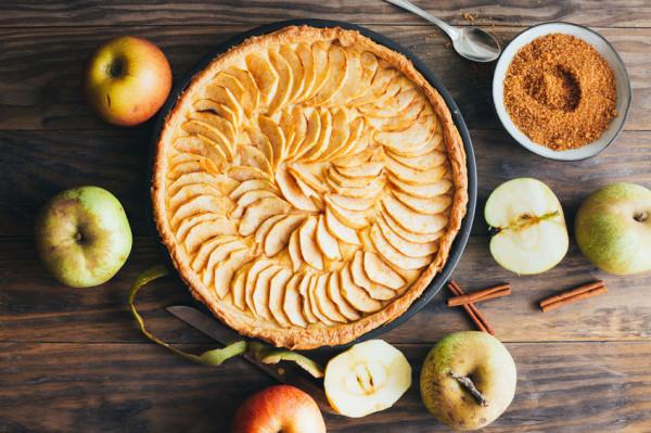 Na bazie jabłek można przygotować wiele zdrowych przepisów.