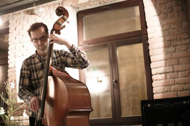 Synchrotrony to powstałe niedawno trio muzyki eksperymentalnej. Na zdjęciu:  Jacek Steinbrich.
