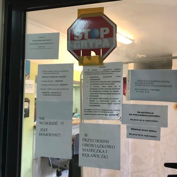 Przychodnie bardzo poważnie podeszły do kwestii zasad bezpieczeństwa. W jednej z przychodni na gdańskich Siedlcach z rejestratorkami, siedzącymi za zamkniętymi drzwiami, rozmawia się przez domofon.
