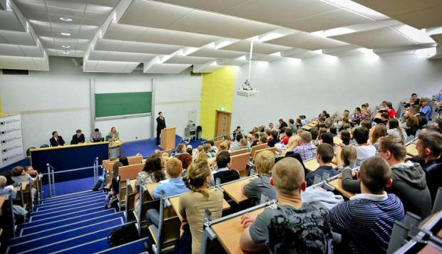 Chętnych do wysłuchania debaty politycznej nie brakowało. Publiczność szczelnie wypełniła jedną z auli na Wydziale Nauk Społecznych.