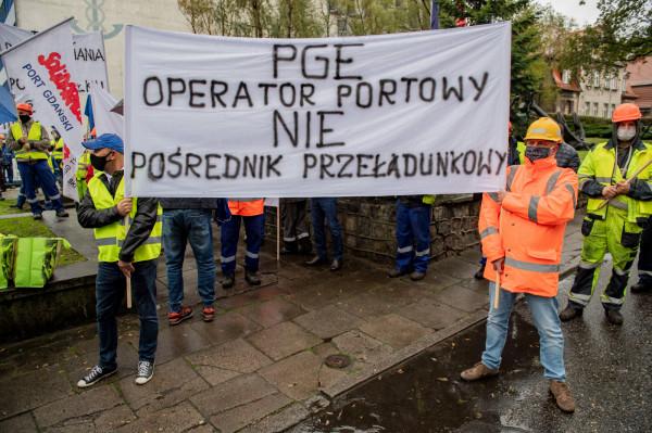 Związkowcy obawiają się, że ściąganie do Portu spółek zewnętrznych to powolne wygaszanie działalności PG Eksploatacja i domagają się jasnych decyzji co do przyszłości spółki.