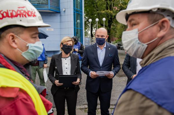 Do protestujących wyszli przedstawiciele ZMPG. Zaproszono związkowców na rozmowy. Niestety swoją rolę w konflikcie władze Portu Gdańsk postrzegają w roli mediatora, a nie gospodarza.