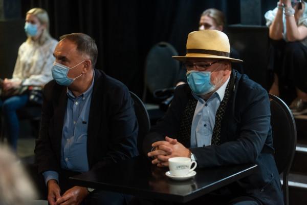 Krzysztof Babicki z Pawłem Huelle podczas Finału 13 Gdyńskiej Nagrody Dramaturgicznej 2020 w Teatrze Miejskim.