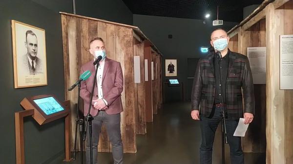 Miejsce zwołania konferencji prasowej w Muzeum II Wojny Światowej w Gdańsku nie było przypadkowe. Odbyło się ono w sekcji wystawy, gdzie pojawiło się upamiętnienie rotmistrza Pileckiego czy ojca Kolbe. Po lewej dr Marek Szymaniak, kierownik Zespołu ds. Ewaluacji Wystawy, po prawej dr Karol Nawrocki, dyrektor muzeum.