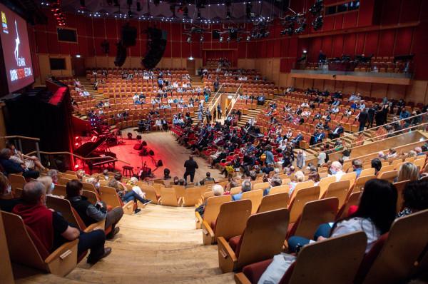 Okrojona publiczność podczas koncertu w Polskiej Filharmonii Bałtyckiej w Gdańsku.