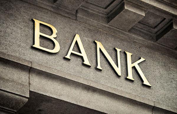 Oszuści kazali 86-latkowi wypłacić oszczędności z banku i wyrzucić je przez balkon.