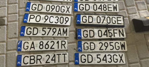Po intensywnych opadach deszczu regularnie odnajdowane są zagubione tablice rejestracyjne. Zdjęcie archiwalne.