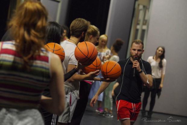 """Michał w trakcie prób do musicalu """"Hairspray"""" w Teatrze Muzycznym w Gdyni."""