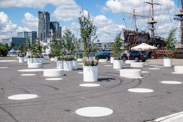 Przed wakacjami na nowo zagospodarowano parking przed Akwarium Gdyńskim. Ma on się stać miejscem rekreacji.