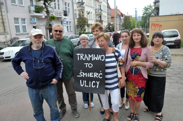 Mieszkańcy ul. Bohaterów Getta Warszawskiego uważają, że tramwaj pod oknami ich mieszkań pogorszy komfort ich życia. Na zdjęciu protest z 2016 r.