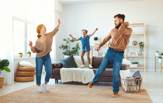 W domu również można spędzać aktywnie czas. Przedstawiamy propozycje aktywnych zabaw z dziećmi.