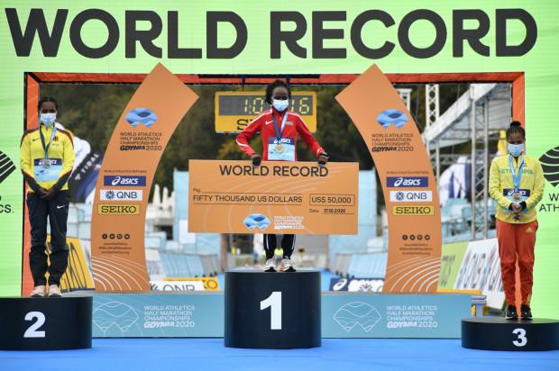Podium pań na mistrzostwach świata w półmaratonie w Gdyni. Złoto zdobyła Kenijka Peres Jepchirchir, srebro Niemka Melat Yisak Kejeta, a brąz - Etiopka Yalemzerf Yehualaw.