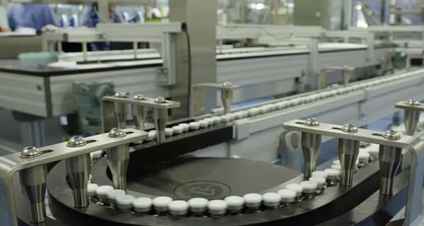 W fabryce Pfizera powstają tysiące szczepionek na COVID-19, które będą czekać w magazynach na dopuszczenie do obrotu przez organy nadzorcze.