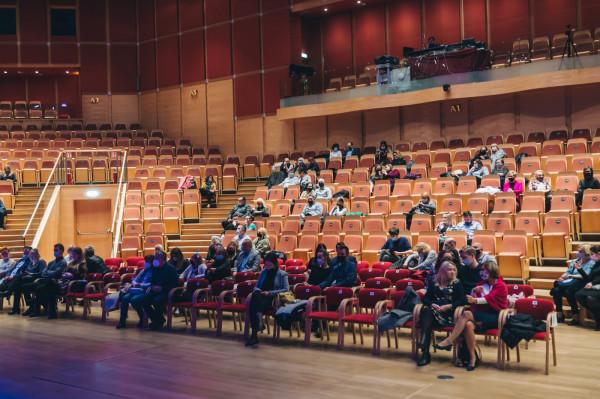 Widownia wypełniona zgodnie z zaleceniami epidemiologicznymi podczas koncertu Sławka Uniatowskiego w poniedziałkowy wieczór.