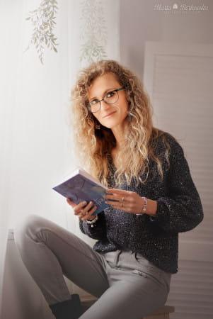 Blogerka, pisarka i nauczycielka - Anna Bałuta - wybiera czytanie tradycyjne i na telefonie.