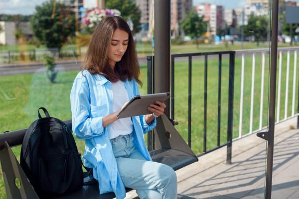 Wielbiciele nowoczesnych form wybierają czytanie na czytnikach.