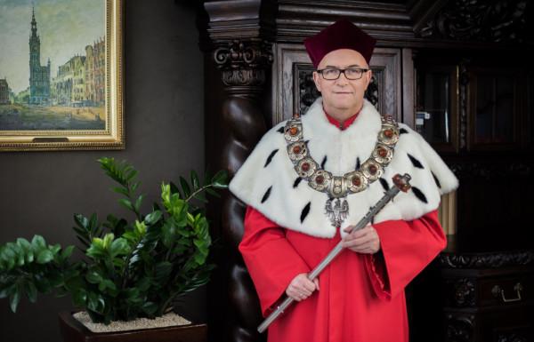 W poniedziałek, 28 września, dr hab. Jerzy Piotr Gwizdała, prof. UG, złożył na ręce przewodniczącego Rady Uniwersytetu Gdańskiego dr. Marka Głuchowskiego mandat rektora uczelni.