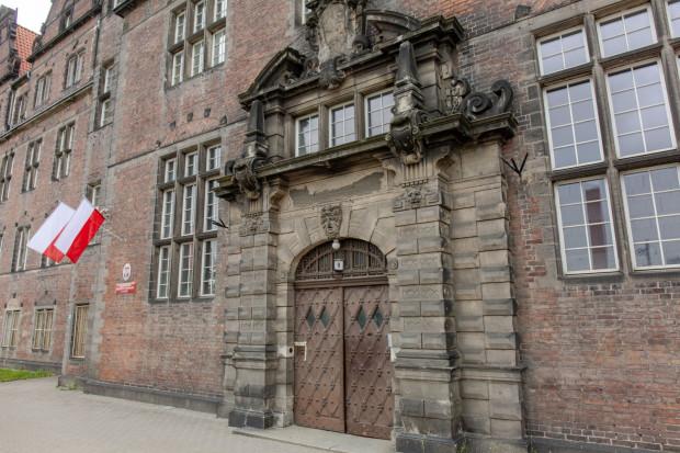 Orzeł pruski został skuty po wojnie, ale na kartuszu zachowały się jego kontury.