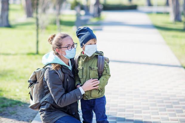 Zasiłek przysługuje na równi ojcu i matce dziecka. Wypłacany jest temu z rodziców, który zwróci się z wnioskiem o jego wypłatę.